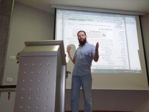 """ד""""ר אורי אמיתי, מציג את המיזם בפני סגל הפקולטה למדעי הרוח באוניברסיטת חיפה. צלמת חנה יריב ברישיון Cc-by-sa-3.0"""