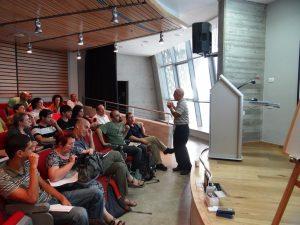 פרופסור ראובן שניר, דיקן הפקולטה למדעי הרוח, נושא דברי פתיחה למיזם באוניברסיטת חיפה. צלמת חנה יריב ברישיון Cc-by-sa-3.0