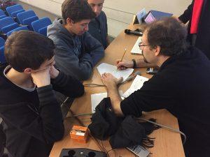 תלמידים שכתבו ערך על מאיץ החלקיקים פרוטון-סינכרוטרון (PS) מקבלים הסבר על המאיץ מאת אחד ממנהליו